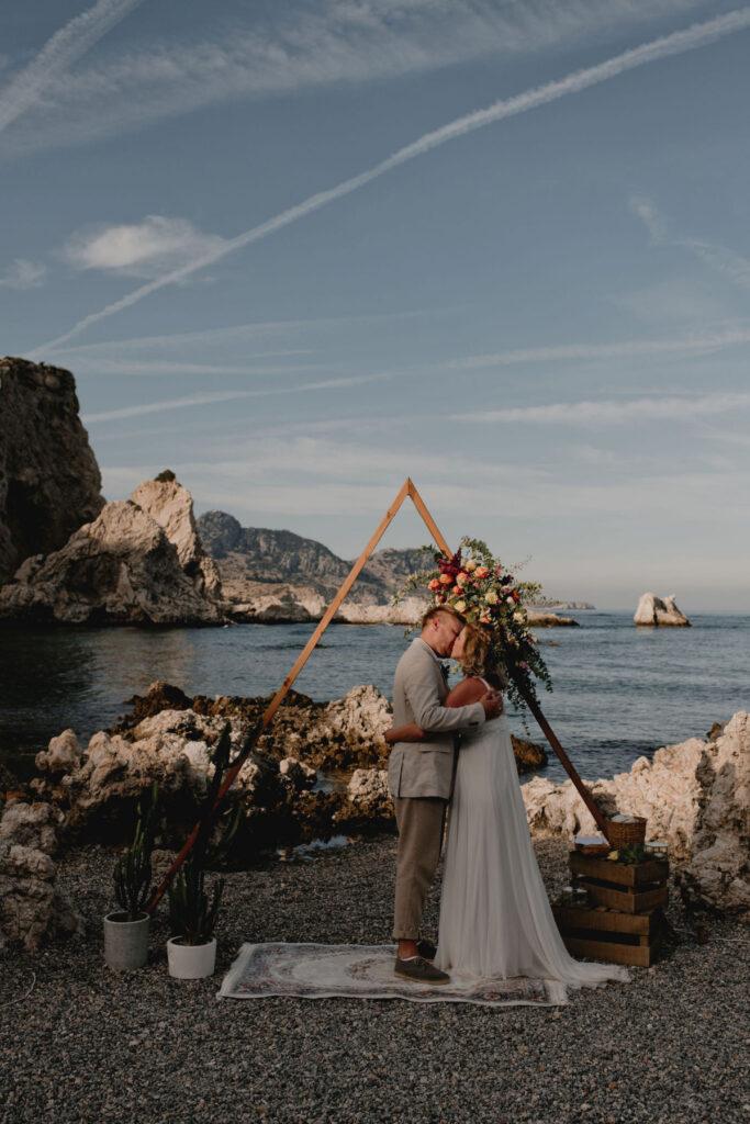 wedding planner in Rhodes - geometrical wedding arch fro a boho beach wedding